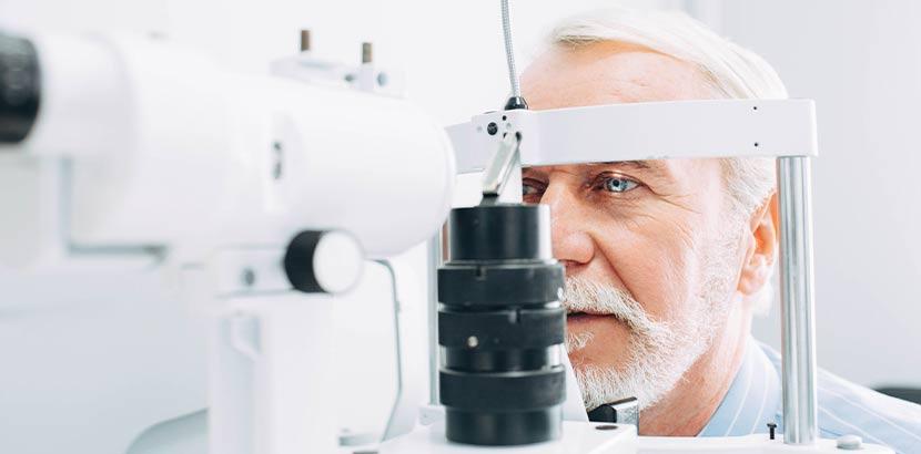 Älterer Mann wird beim Augenarzt Wien untersucht.