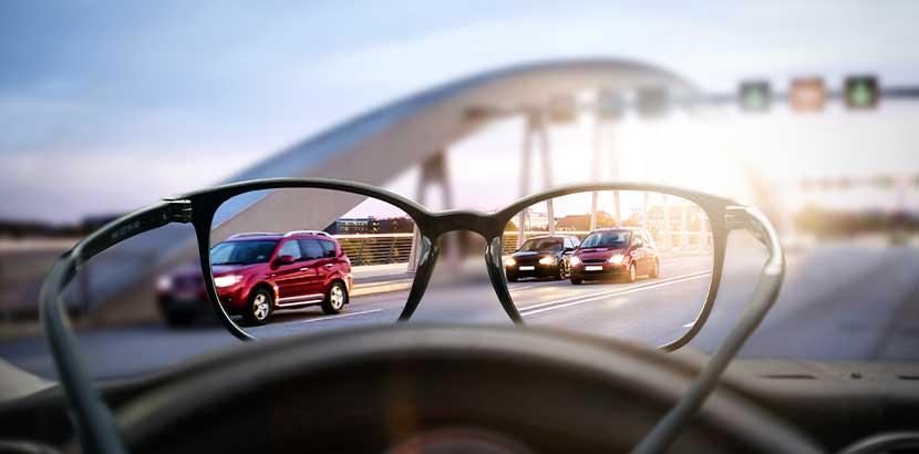 Augenarzt Wien: Eine Brille, durch die der Straßenverkehr viel deutlicher zu erkennen ist.