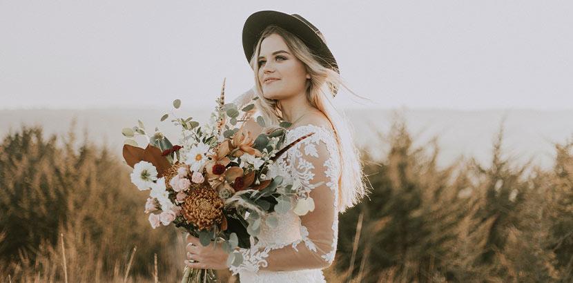 Brautstrauß mit Gräsern, Wiesenblumen und Federn in herbstlichen Farben