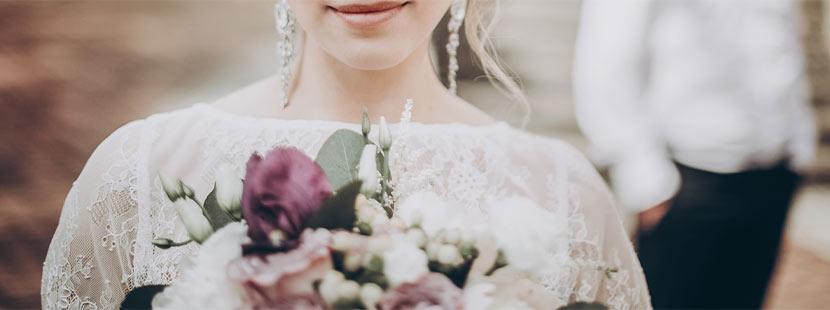 Eine Braut mit Brautstrauß