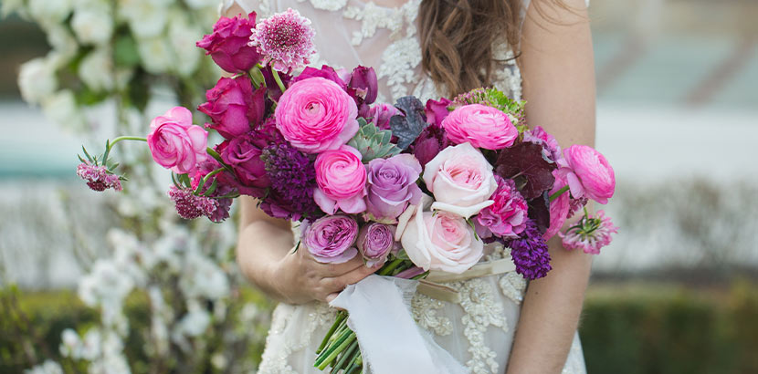 Ein monochromer Brautstrauß in Rosa und Pink.