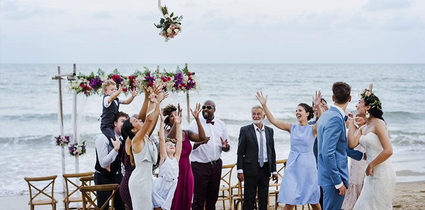Brautstrauß: ein Zweitstrauß oder Wurfstrauß wird geworfen