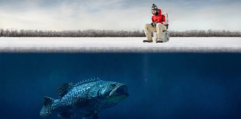 Eisfischer, der angelt, unter dem sich ein riesiger Monsterfisch im Wasser befindet, den er aber nicht sieht. Das perfekte Geschenk zum Vatertag.