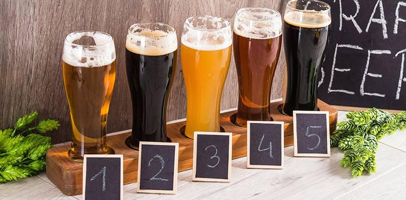 Fünf verschiedene Biere bei der Verkostung. Geschenk für Papa.
