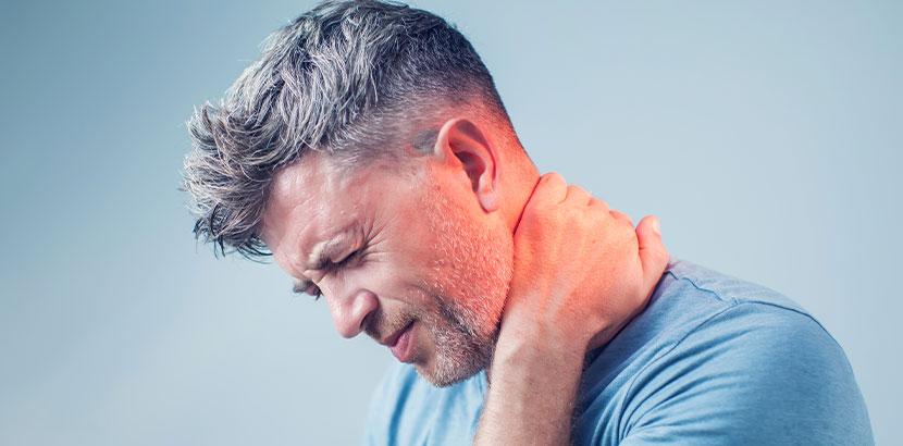 Grauhaariger Mann mit Nervenschmerzen nach Gürtelrose.