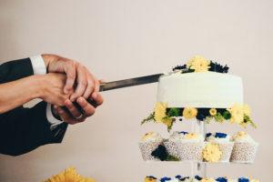 Paar beim Anschneiden ihrer Hochzeitstorte