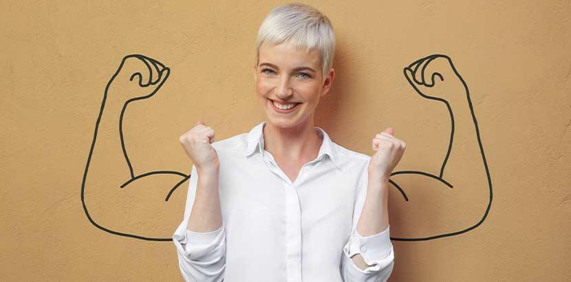 Junge blonde Frau, die durch die Immuntherapie bei Krebs gestärkt ist.