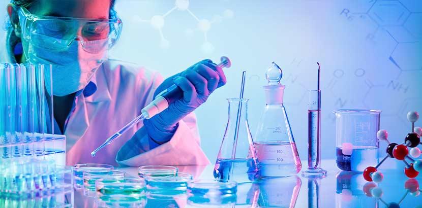 Forscherin in einem Labor, die sich mit Immuntherapie bei Krebs beschäftigt.