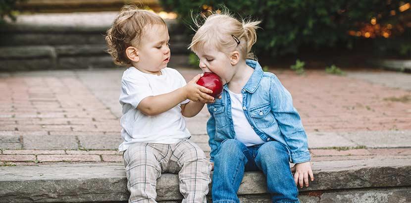 Kindercafe Wien - Bub füttert Bub mit Apfel