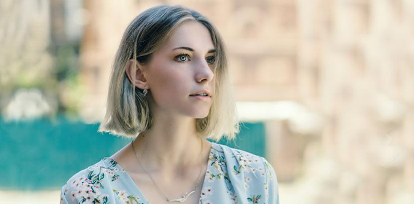 Kurzhaarfrisuren: Eine Frau mit blondem Blunt Bob, kinnlang.
