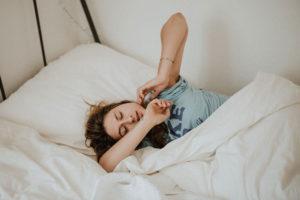 Matratze reinigen: Eine Frau in einem Bett