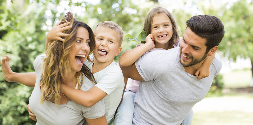 Familie mit zwei Kindern, glücklich. Sterilisation Frau Kosten Wien.