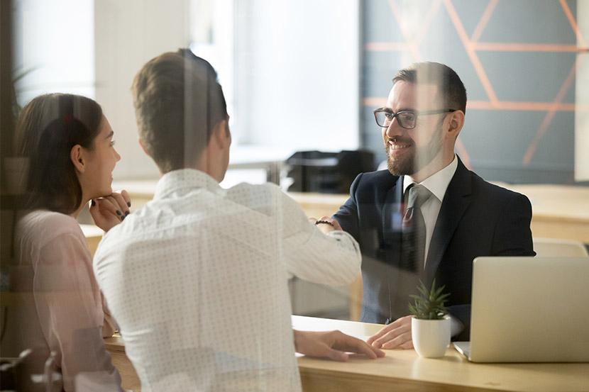 Notarielle Beglaubigung: Ein Paar lässt ein Dokument von einem Notar beglaubigen.