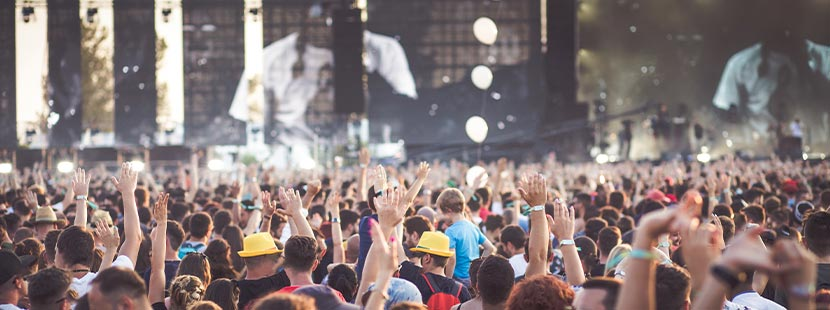 Festival-Packliste: Menschen feiern bei einem Konzert auf einem Festival