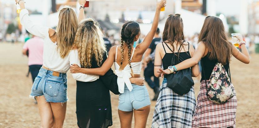 Festival-Packliste: eine Gruppe junger Frauen auf einem großen Festival