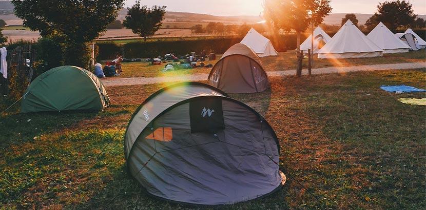 Festival-Packliste: ein Zelt auf dem Campinggelände