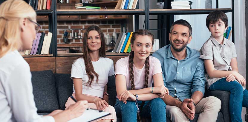 Junge Familie mit zwei Kindern, die Rat bei Kinderpsychologin sucht.