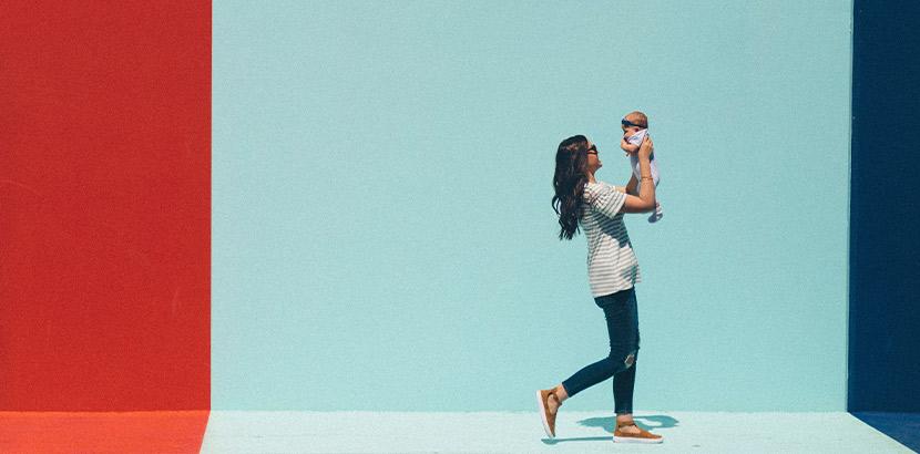 Eine Mutter mit ihrem Kind auf dem Weg zur Mutter-Kind-Pass-Untersuchung.