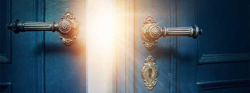 Blaue Tür im Vintage-Stil, die sich öffnet. Durch den Spalt fällt strahlender Sonnenschein.