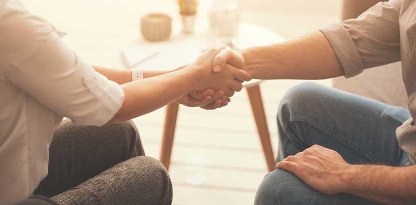 Psychotherapeutin, die sich im Guten von ihrem Klienten trennt. Manchmal muss man den Psychotherapeuten wechseln.