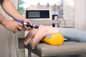 Eine Stoßwellentherapie bei Fersensporn