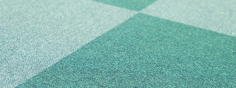 Teppichfliesen in den Farben Blau und Türkis