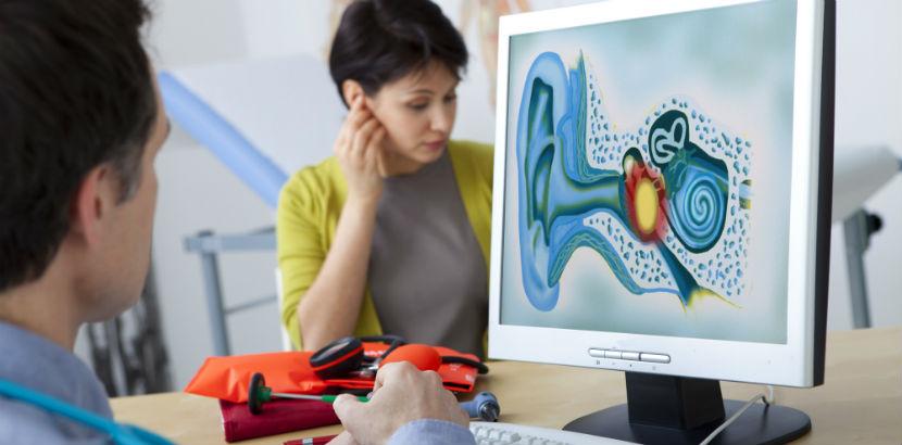 Eine Frau mit Tinnitus beim Facharzt.