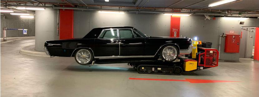 Eine Oldtimer-Limousine wird geborgen.