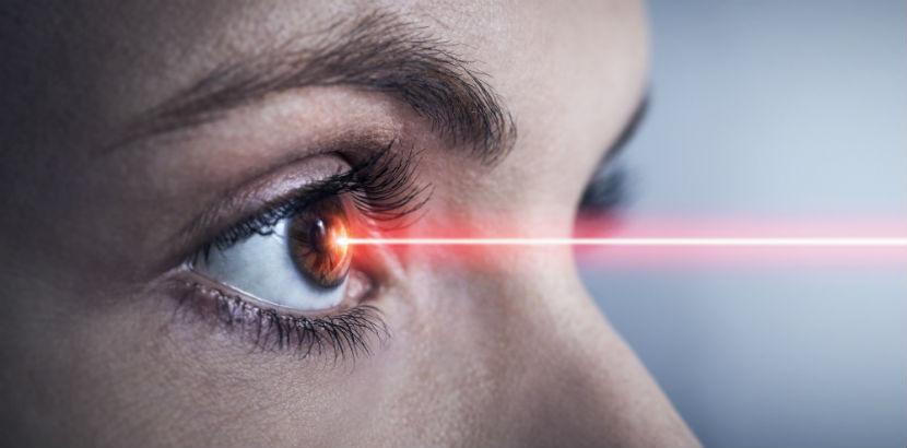 Hornhautverkrümmung heilen: Ein Laserstrahl zur Behandlung der Hornhautverkrümmung.