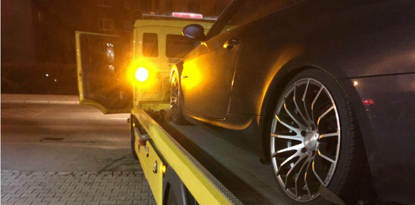 Abschleppen Wien: Ein teures Auto wird nachts abgeschleppt.