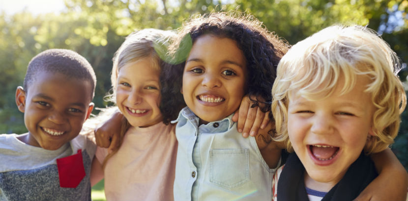 Kindergarten Wien: Vier lachende Kinder.