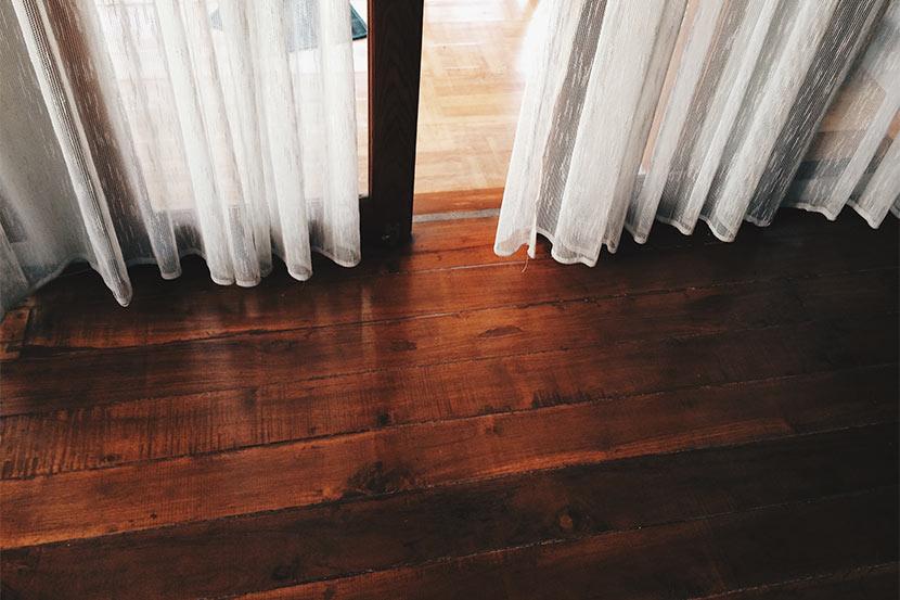 Rötliche Holzdielen im Wohnzimmer