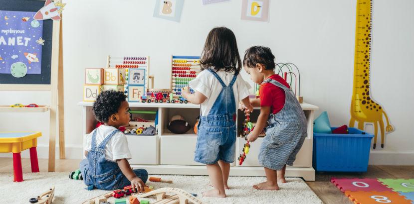 Kinder spielen in einem Kindergarten.