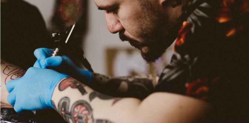Cover Up Tattoo: Ein Tätowierer bei der Arbeit.