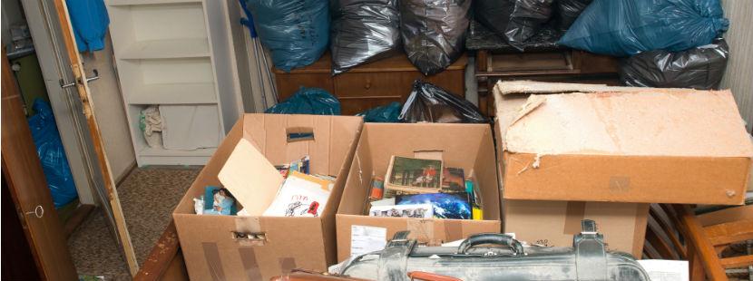 Einrichtungen in Kisten und Kartons.