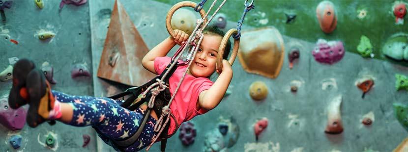 Kleines Mädchen im Kletterparadies im Indoorspielplatz Wien.