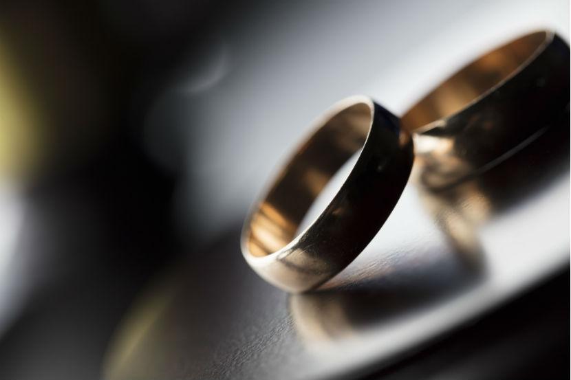Scheidung: Zwei Ringe liegen auf dem Tisch.