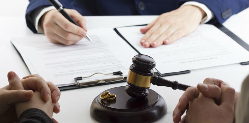 Scheidungsanwalt mit Eheleuten.
