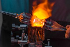 Glaserei Linz: Ein Glas wird geschmolzen.