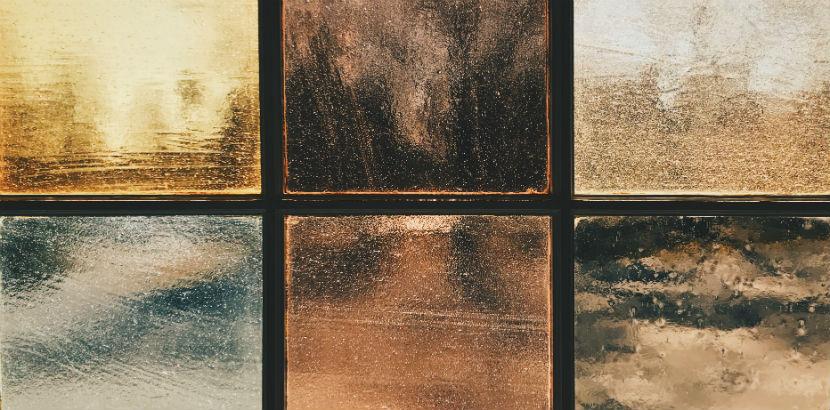 Glaserei Wien: Glas in verschiedenen erdigen Tönen.