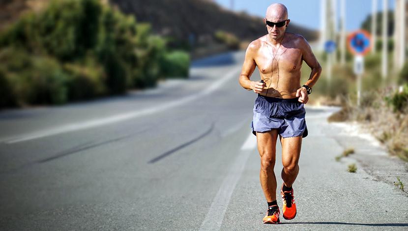 Läufer hat seine Laufschuhe in einem Laufshop Wien gekauft