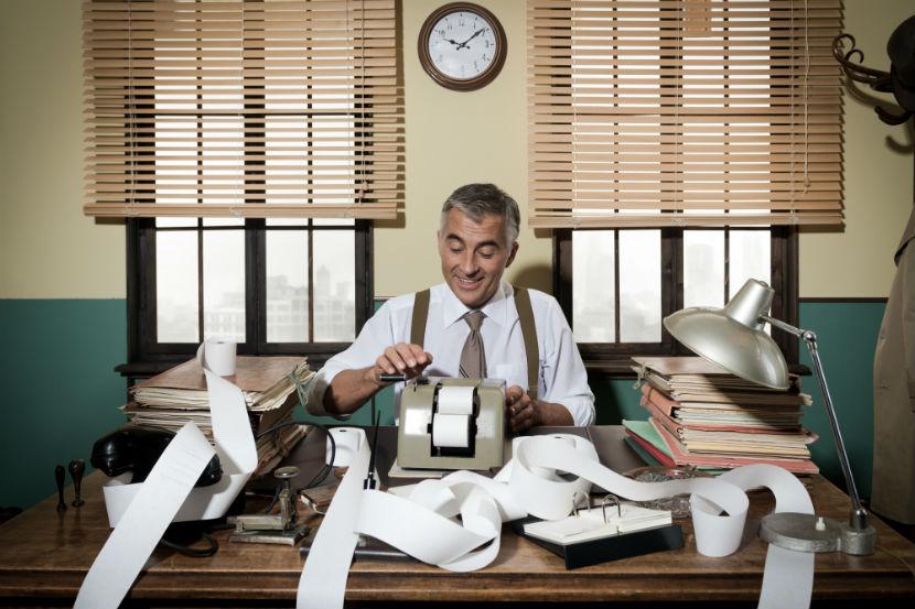 Steuerberater Wien: Ein Buchhalter in seinem Büro.
