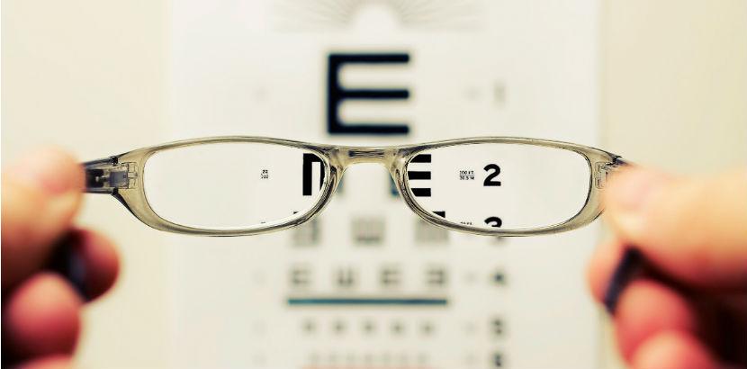 Optiker Wien: Eine Brille vor einem Sehtest.