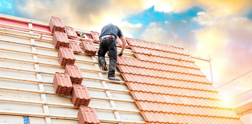 Dachdeckerei Wien: Dachdecker auf einem Dach.
