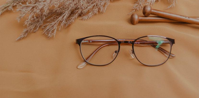 Optiker Wien: Eine Brille mit Dekoration.