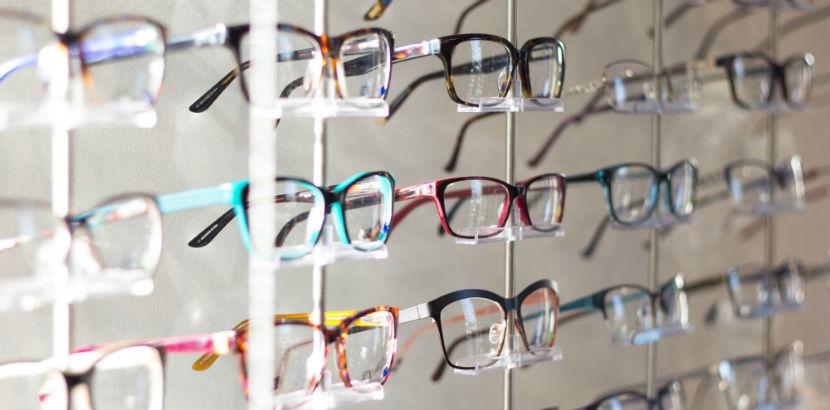 Optiker Wien: ein Brillenregal.