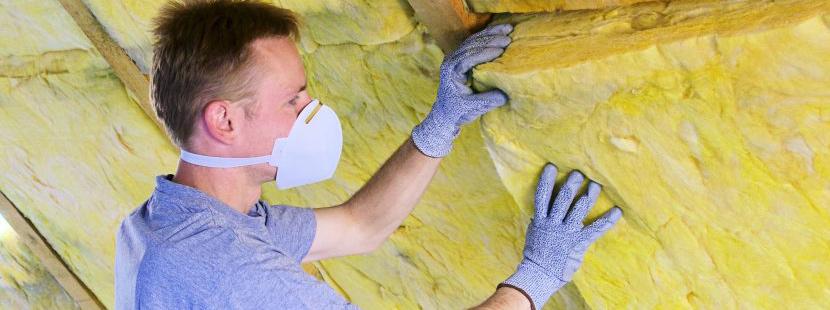 Dämmplatten aus Mineralwolle werden zwischen den Sparren eines Daches richtig verlegt.