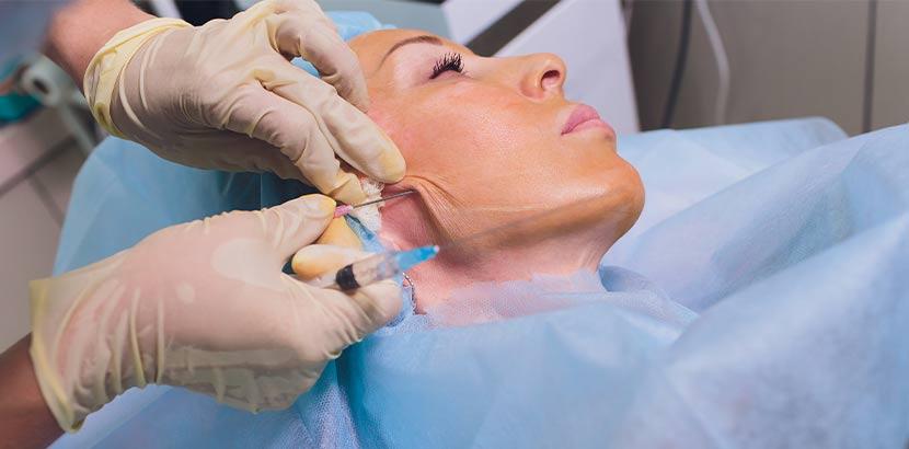 Junge Frau beim Facelift Wien während der Operation.