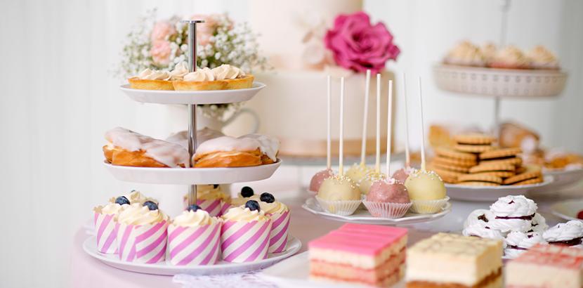 Candy Bar auf einer Hochzeit mit Cupcakes, Kuchen, Keksen