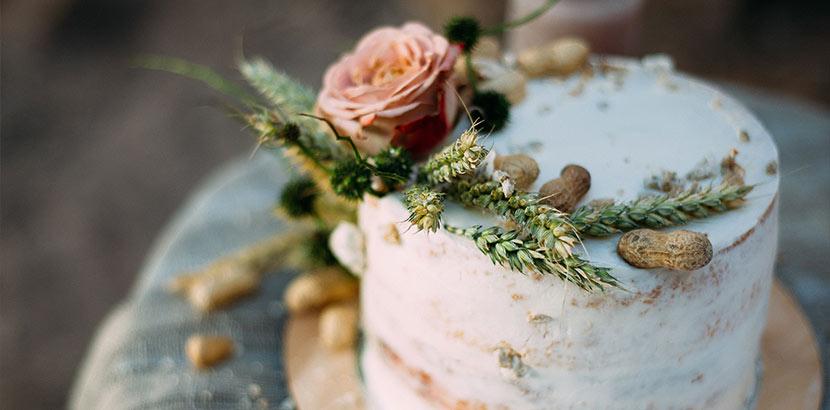 Hochzeitstorte mit Blumen, Getreidehalmen und Erdnüssen als Deko-Idee